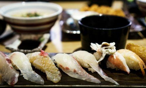Sushis au marché de poissons Tsukiji