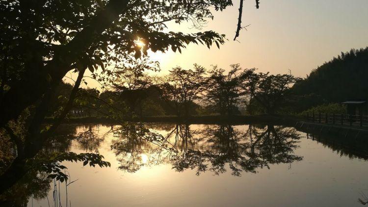un coucher de soleil au Japon
