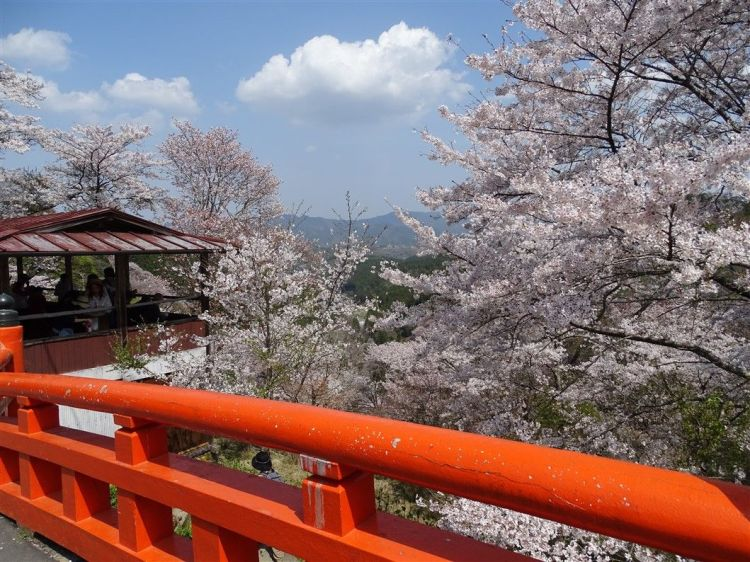 Le pont rouge du mont Yoshino