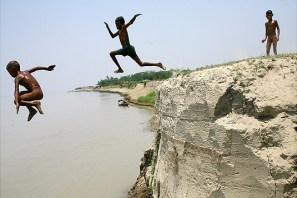 Children jumping on the river at Sariakandi
