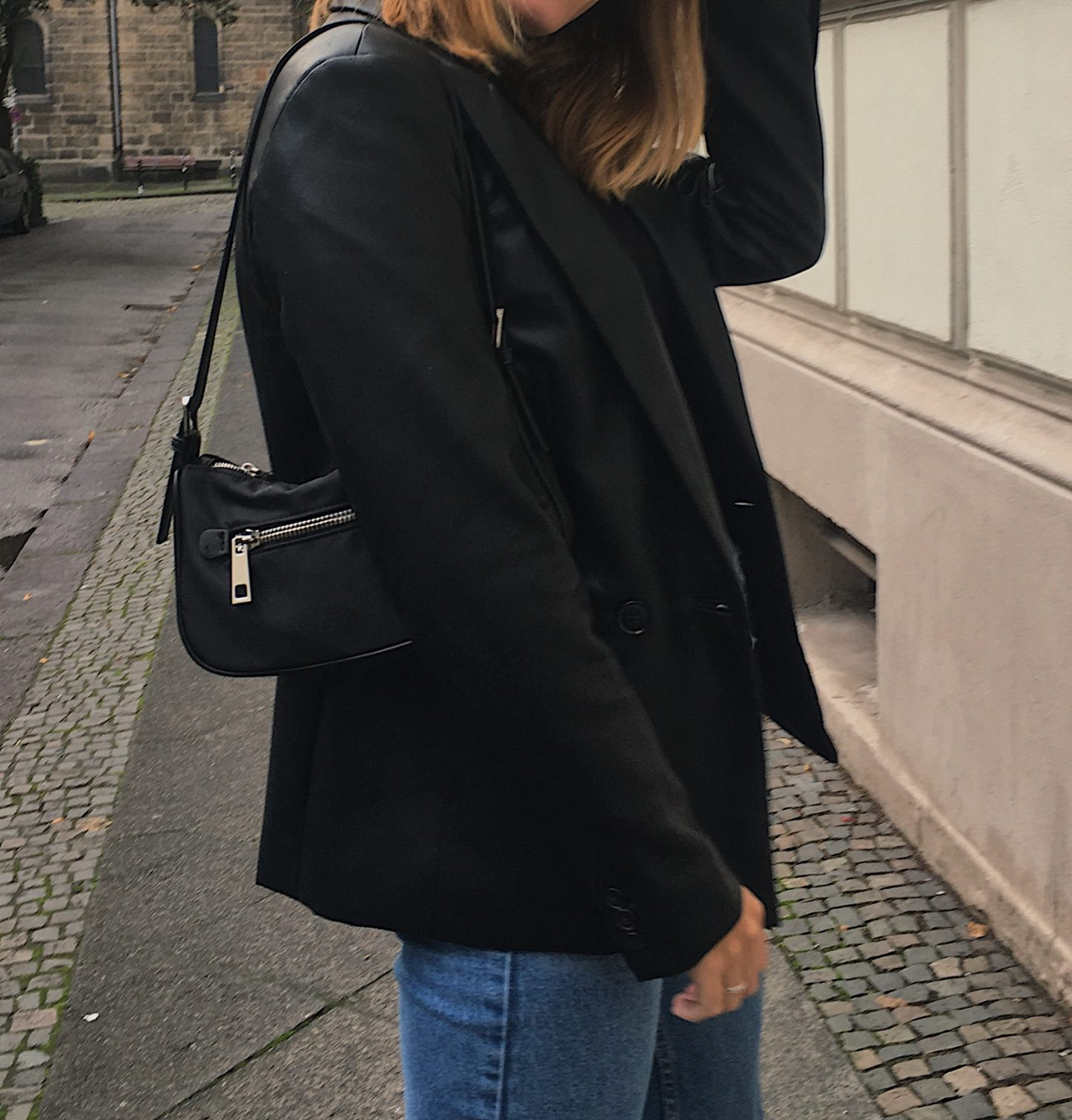 F/W Trend: wearing a leather Blazer and a black turtleneck, small black bag