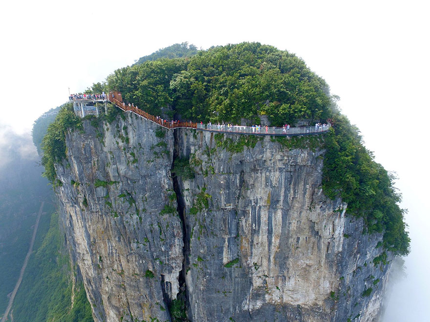 4,600 ft Glass Walking Will Make You Terrifying