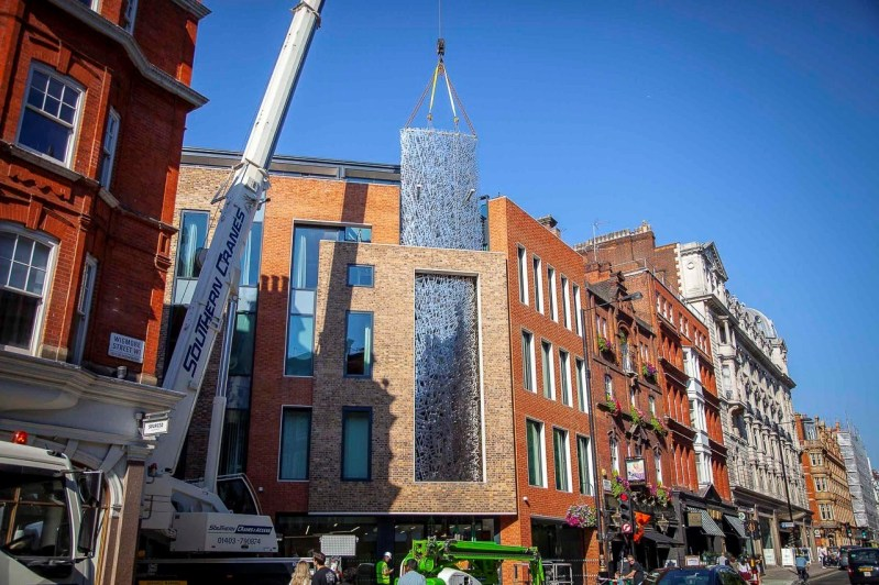 Instalasi Baja 17 Ton Dipasang di Kota London