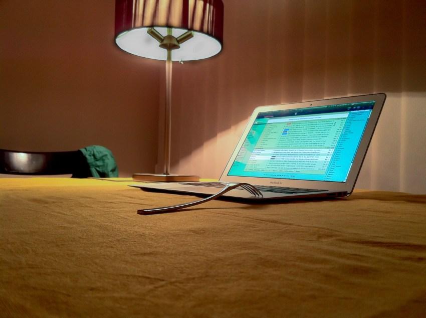 Вилица, лаптоп, лампа, зелена шапка