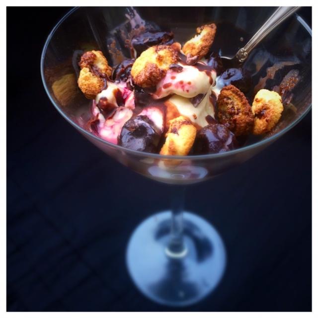 Banan och mandelglass med körsbär, mandelbiskvier och chokladsås (vegan, glutenfritt, utan vitt socker)2