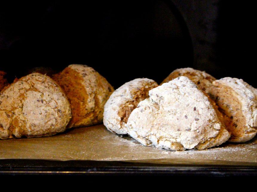 Saftigt glutenfritt frukostbröd utan jäsning