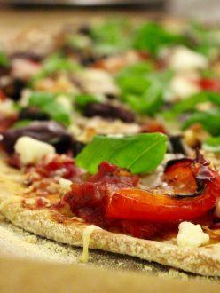 Glutenfri vegopizza med rostade grönsaker, oliver och geotst