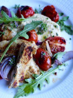 Grillad kyckling med hummus och rostad tomat