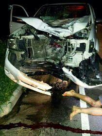 A foto do carro que era guiado por Evângela destroçado e a vítima aos pés do carro.