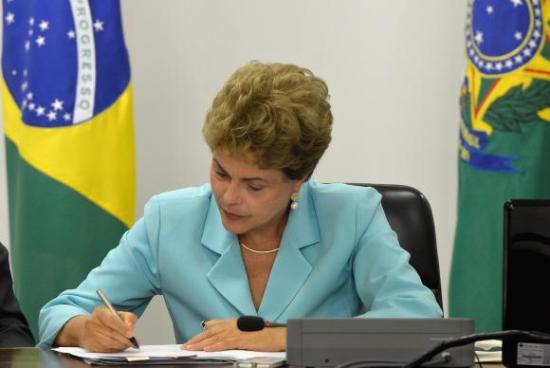 Presidenta Dilma Rousseff assina Medida Provisória que cria Programa de Proteção ao Emprego, durante solenidade no Palácio do Planalto
