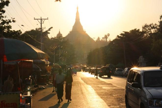 Schwedagon pagoda au coucher du soleil en Birmanie