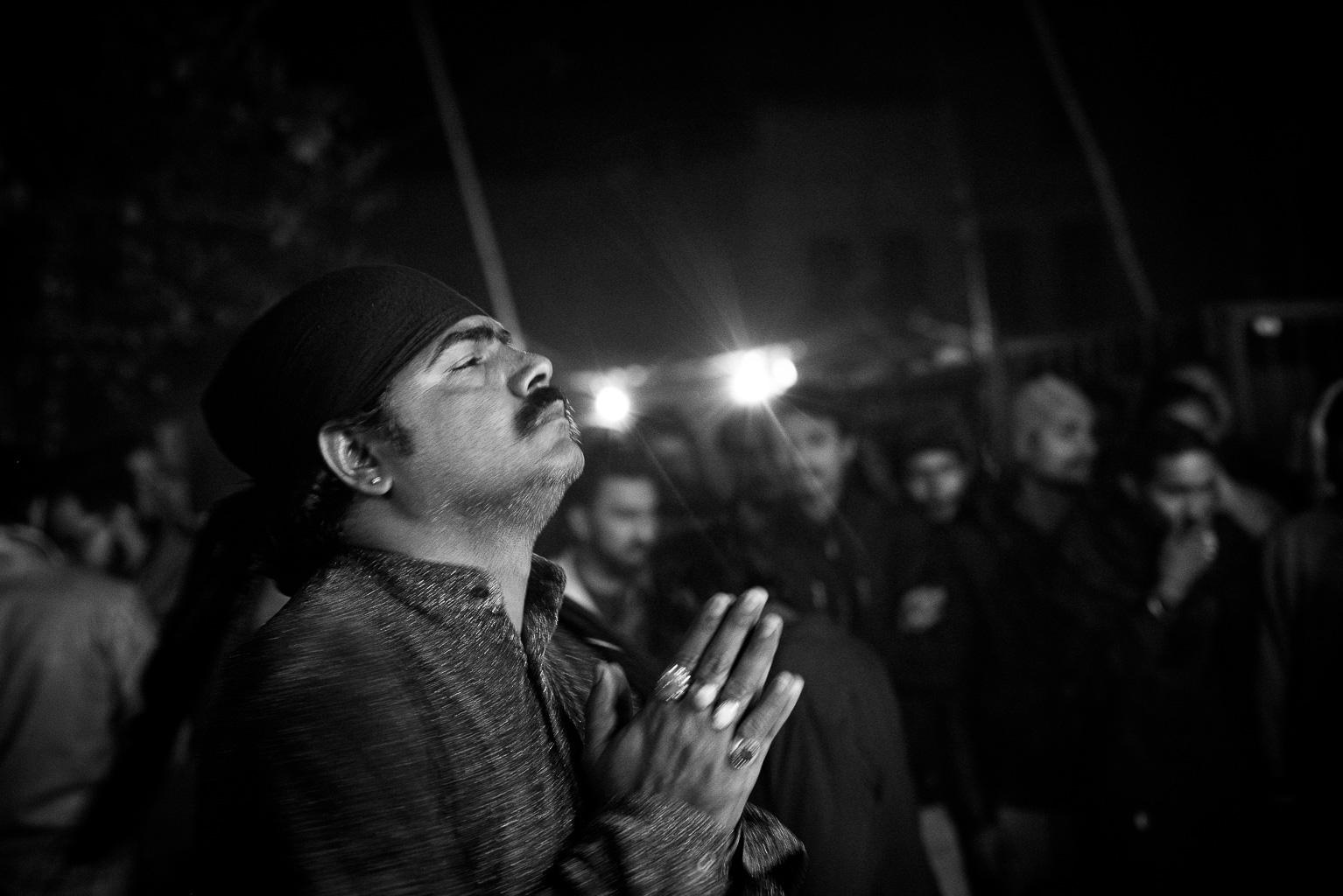 Betender Derwisch am Sufi Schrein in Lahore