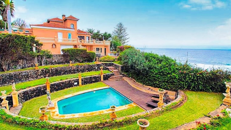 Stunning property directly on the sea!