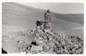Fotoğraftaki kişi Aytül ÖZTÜRK 1970, Sahbagın'a giderken sağda eskiden var olan bir Kom kalıntısı üzerindeki Kulluk.