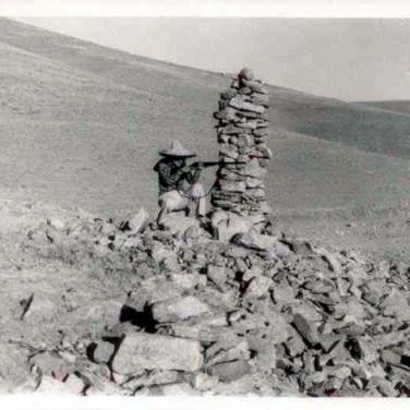 Fotoğraftaki kişi Aytül ÖZTÜRK 1970, Sahbağın'a giderken sağda eskiden var olan bir Kom kalıntısı üzerindeki Kulluk.