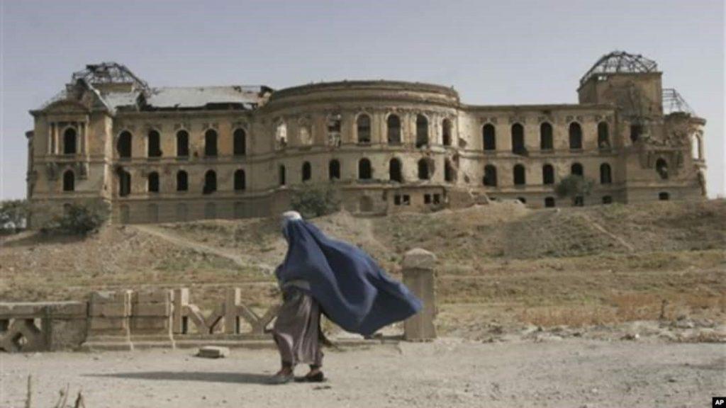 زنان در دوره مجاهدین با محدودیتهای زیادی مواجه شدند ولی به علت بالا بودن سطح تهدیدات امنیتی، جنگ، ویرانی، آوارگی، فقر و بیکاری فراگیر در کشور و تجربهی بدتر از آن در دوره طالبان؛ روایتهای زنان از دوره مجاهدین کمتر ثبت شده است.