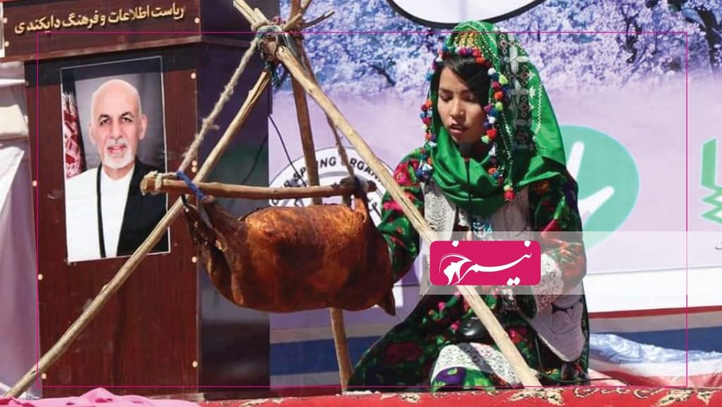 زنی در حال مشک زدن که یکی از کارهای سنتی و آفریدهی هنری-تاریخی زنان برای تولید دوغ و مسکه و نگهداری لبنیات است.
