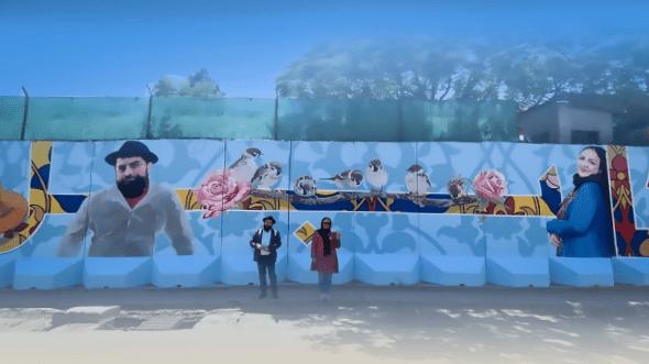 وجیهه رستگار و فرید رستگار، همسرش در کنار نقاشی دیواری که از تصاویر آنان کشیده شده