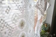 Gardine aus Häkeldeckchen