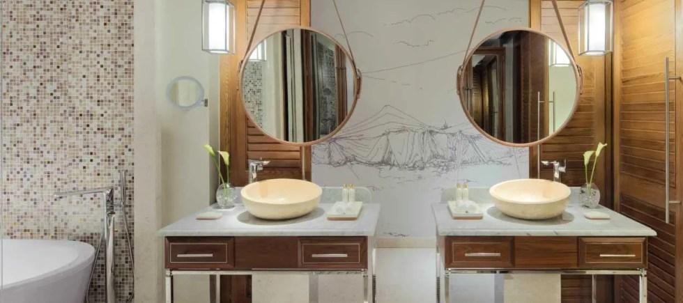 madinat-jumeirah--jumeirah-al-naseem-resort-deluxe-room-bathroom---hero