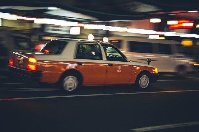 道を走るタクシー