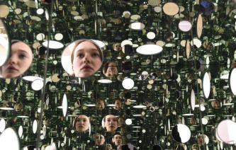 Riflesso artistico, questo il nucleo della nuova installazione di Yayoi Kusama alla Tate di Londra.