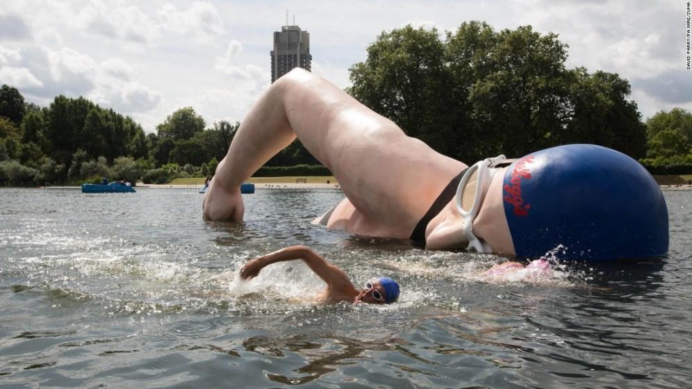George Cselko nuota davanti alla scultura dedicata alla campionessa britannica Rebecca Adlington, a Hyde Park.