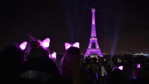 La Tour Eiffel si tinge di rosa per dare il suo contributo alla lotta contro il cancro al seno.