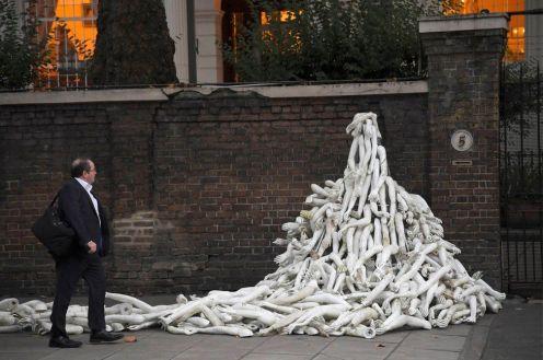 L'ambasciata russa a Londra sommersa da arti (di manichini) in segno di protesta per le vittime di Aleppo.