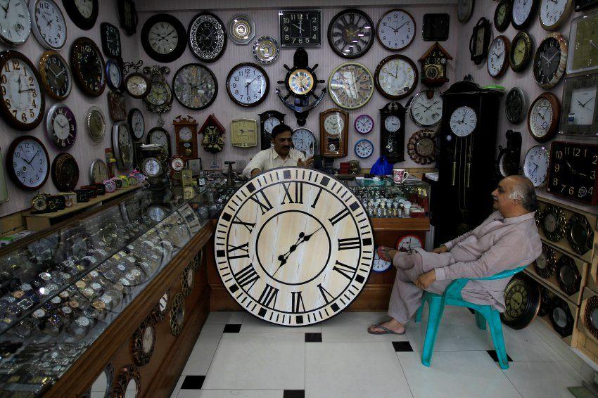 Come non ritagliarsi del tempo per chiacchierare in un negozio di orologi a Islamabad?