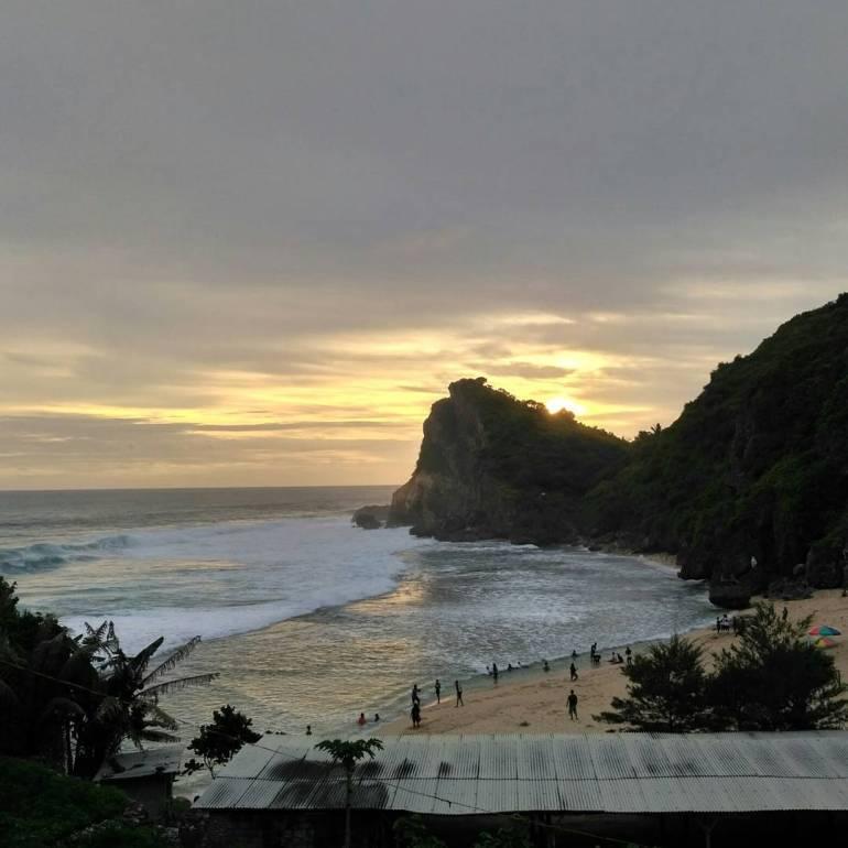 Melihat sunset di Pantai Ngobaran