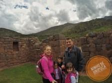 Ruinas incas com crianças