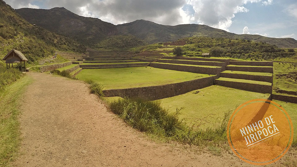 Tipon ruinas incas em Cusco com crianças