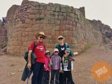 Ruinas de Pisac com crianças
