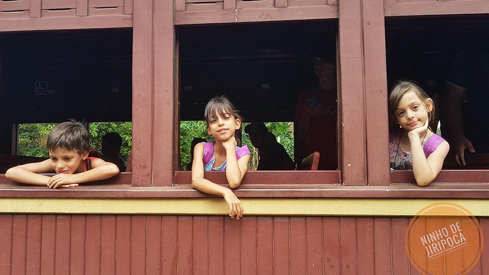 Passeio de trem com crianças