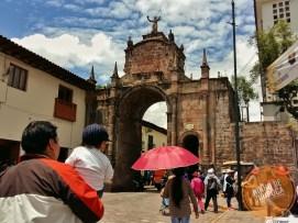 Arco_Santa_Clara_Cusco_comcrianças
