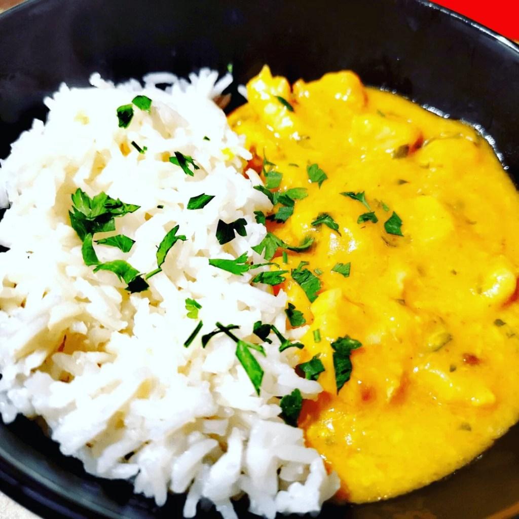Kurczak curry z wiórkami kokosowymi i ryżem przepis