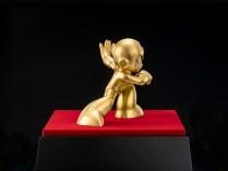 mega-man-30th-anniversary-pure-gold-statue-2