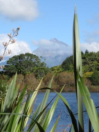 Taranaki au milieu des nuages.