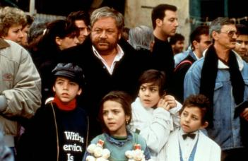 CIAO, PROFESSORE! (aka IO SPERIAMO CHE ME LA CAVO), Paolo Villaggio (center), (l-r): Luigi Lastorina, Carmela Pecoraro, Pier Francesco Borruto, Adriano Pantaleo, 1992, (c)Miramax