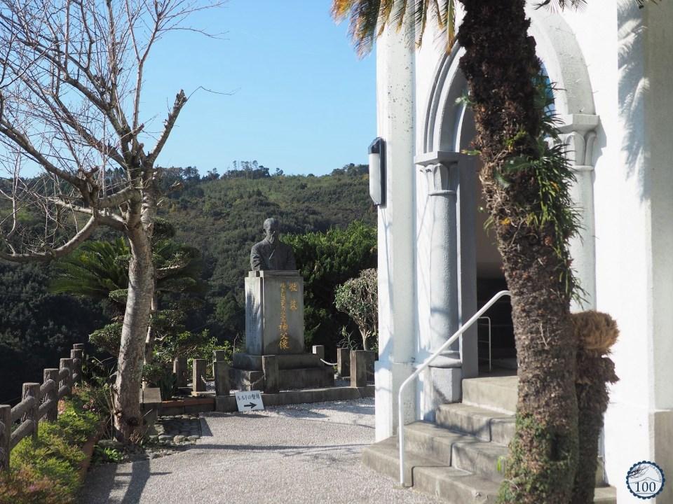 L'église d'Oe - statue du père Garnier