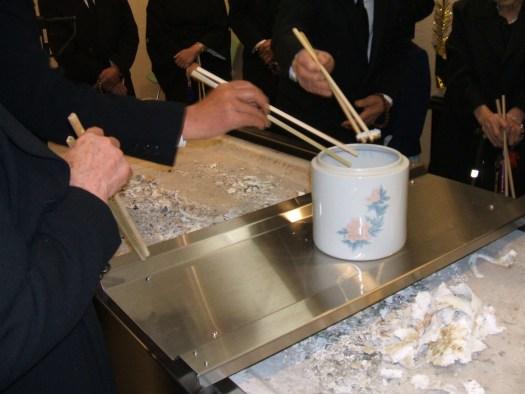 جانب من مراسم الجنازة بعد حرق الجثة