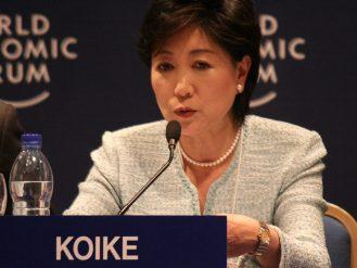 يوريكو كويكيه وزيرة البيئة اليابانية آنذاك وحاكمة طوكيو حالياً