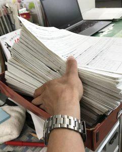 معلم ياباني يحاول الإنتهاء من تصحيح أوراق طلابه الكثيرة | وكالة كيودو اليابانية