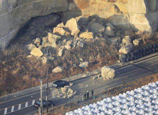 صخور متساقطة جراء هزة الزلزال (محافظة فوكوشيما) | تاريخ الصورة: الـ14 من فبراير 2021 | عبر كيودو