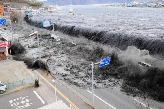 أمواج التسونامي تضرب سواحل اليابان الشرقية عام 2011   عبر صحيفة أساهي شينبون
