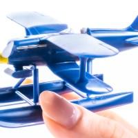 ポルコ・ロッソのライバル、カーチスの水上戦闘機を組み立てる。