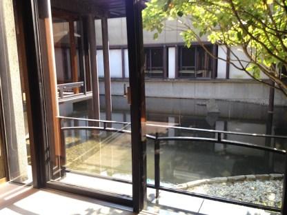 Kolam di dalam gedung Noh Nagoya