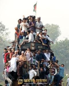 বিশ্ব ইজতেমার আখেরি মোনাজাতে অংশগ্রহণের জন্য ট্রেনযোগে গমনরত মুসলমানরা (ছবি: লেখক)