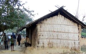 খইশামু মারমা - এঁর ঘরেই রাত কাটিয়েছি দলা পাকিয়ে দশজন। (ছবি: লেখক)